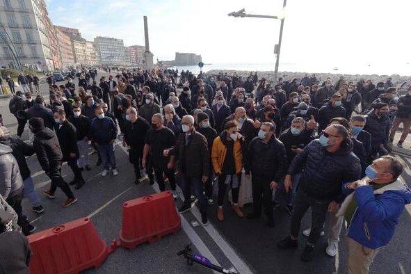 Napoli: ristoratori in protesta bloccano di nuovo il lungomare