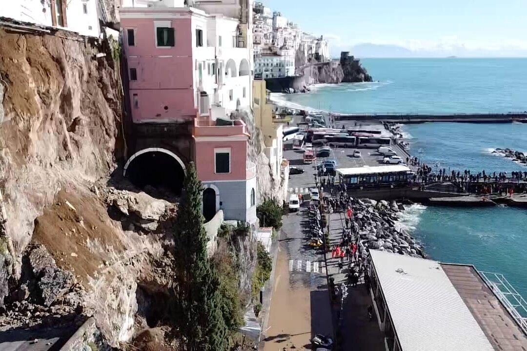 Frana ad Amalfi, costiera tagliata in due