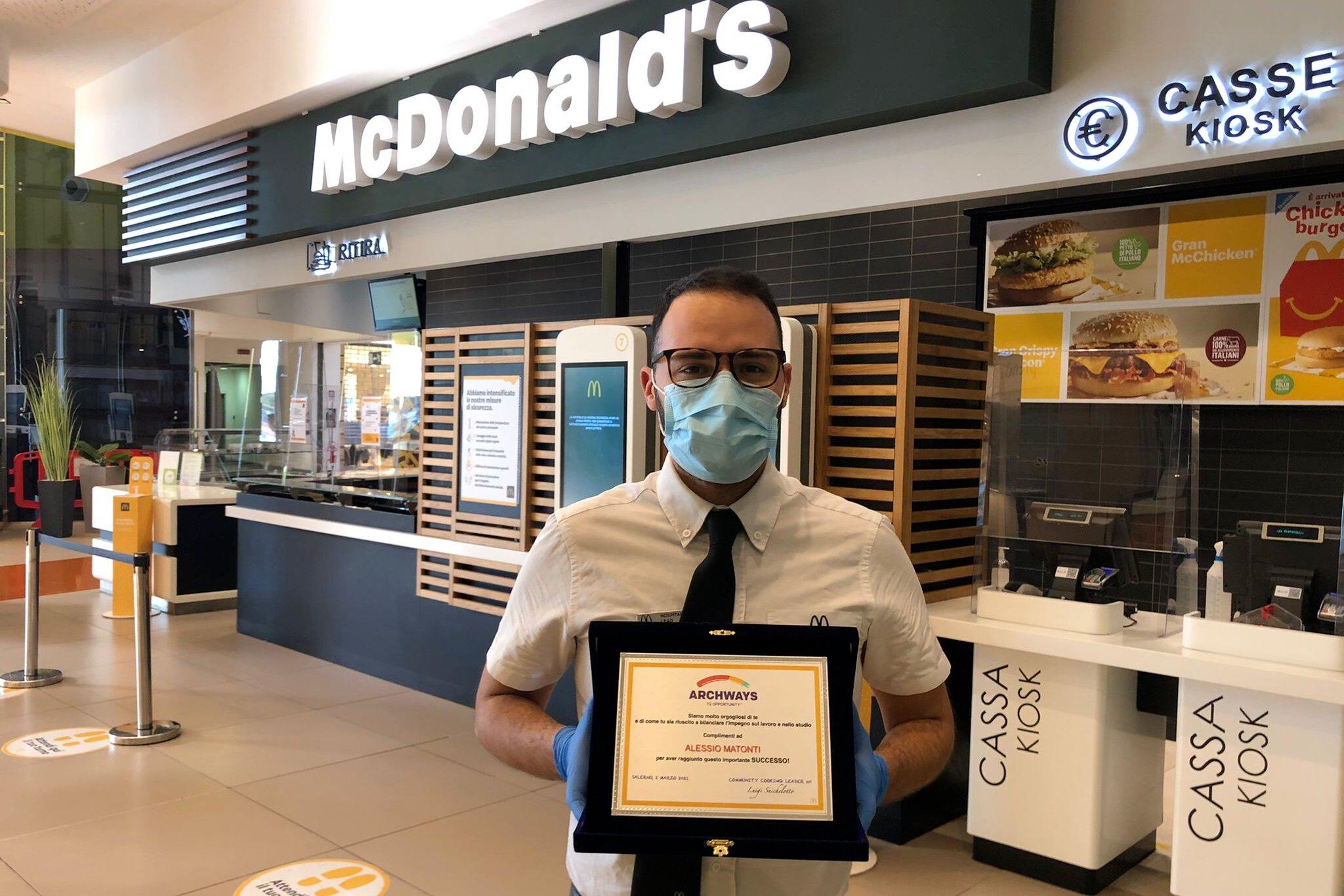 A Salerno McDonald's premia un giovane dipendente con una borsa di studio